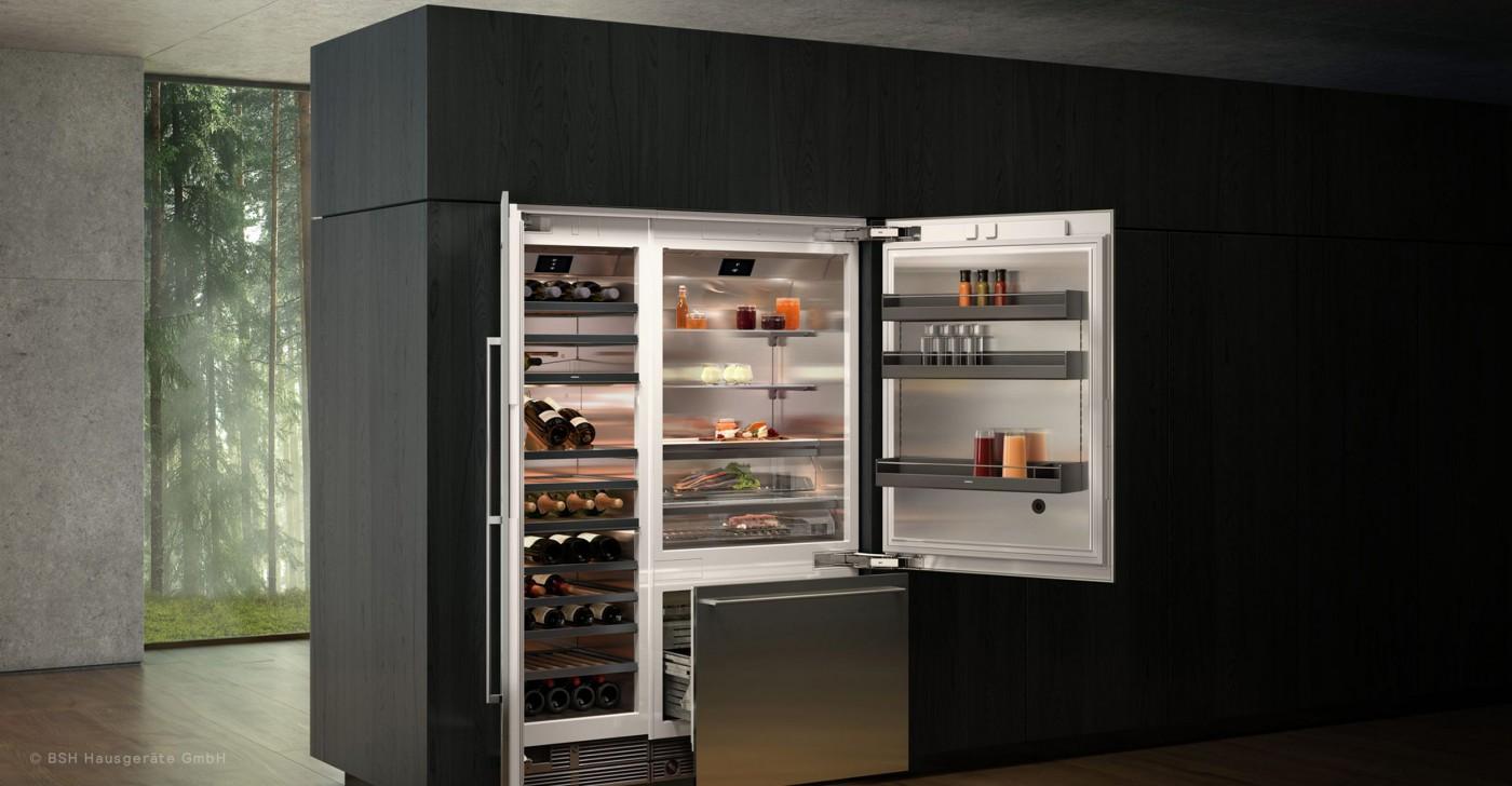 Geöffneter Kühlschrank und Weinkühlschrank in einer Gaggenau Küche